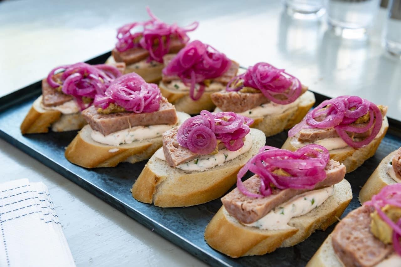 Pintxos med salsiccia, örtkräm och picklad rödlök
